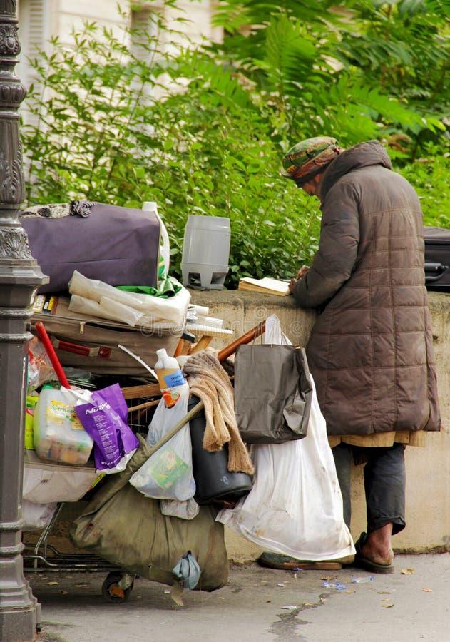 Hombre sin hogar en París fotografía de archivo libre de regalías