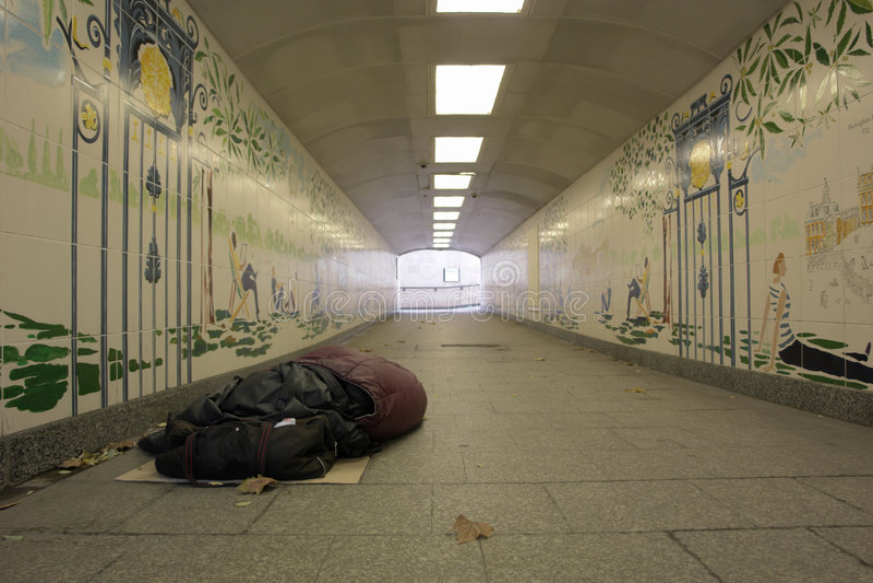 Hombre sin hogar en túnel imagen de archivo libre de regalías