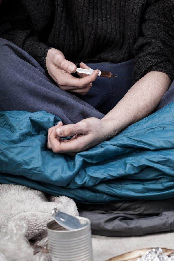 Hombre sin hogar enviciado a las drogas imagen de archivo