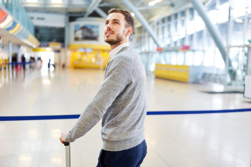 Hombre a solas del viajero como pasajero en el terminal imagen de archivo libre de regalías