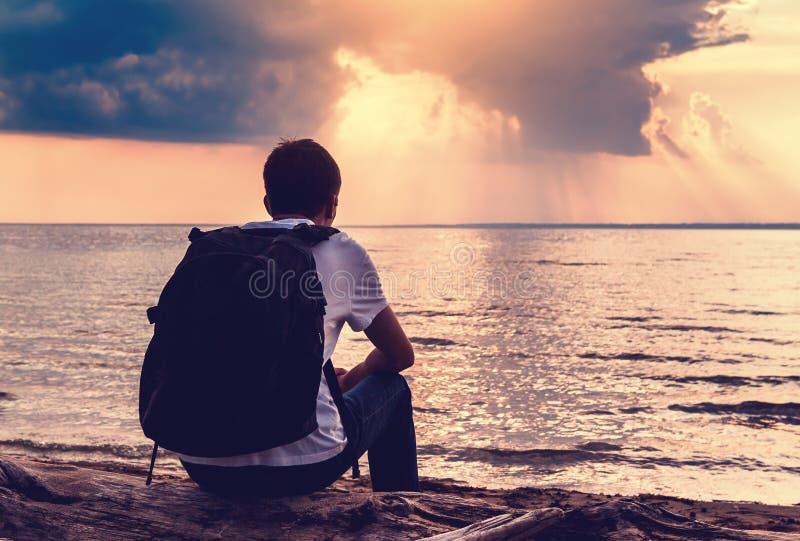 Hombre solo al aire libre foto de archivo