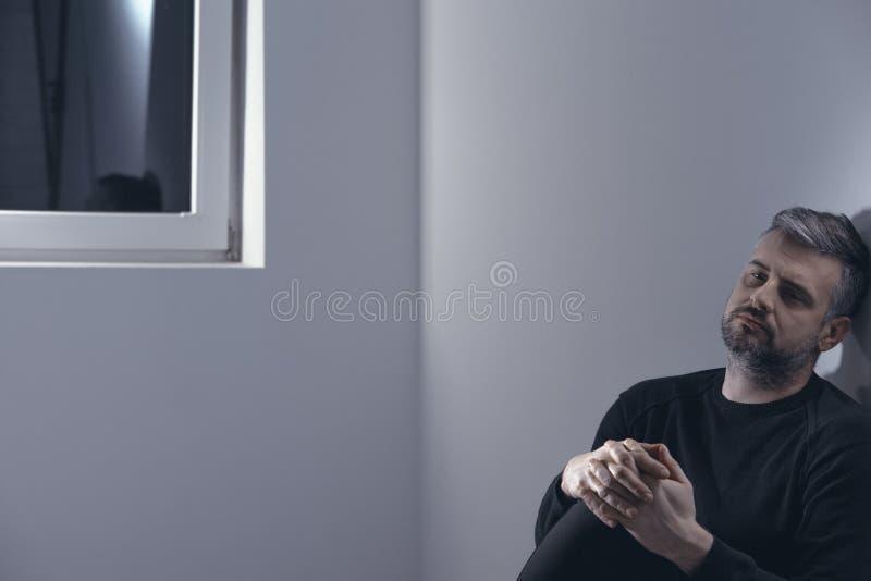 Hombre solo durante la rehabilitación fotos de archivo libres de regalías