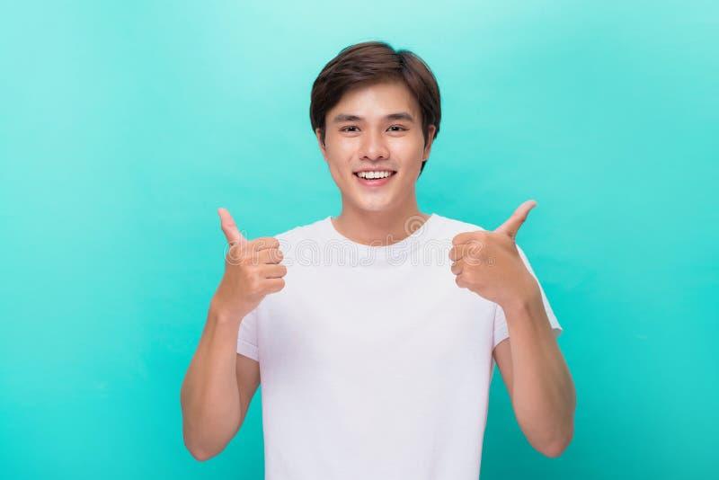 Hombre sonriente acertado atractivo con el pulgar para arriba imagenes de archivo