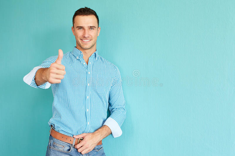 Hombre sonriente con el pulgar para arriba imágenes de archivo libres de regalías