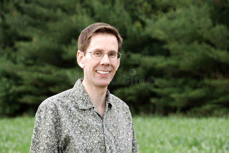 Hombre sonriente con los vidrios imágenes de archivo libres de regalías
