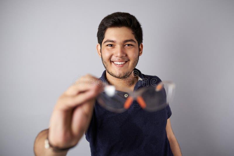 Hombre sonriente con los vidrios protectores fotografía de archivo libre de regalías