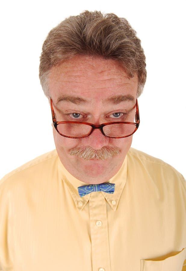 Hombre sonriente con vidrios y un bowtie minúsculo. imágenes de archivo libres de regalías