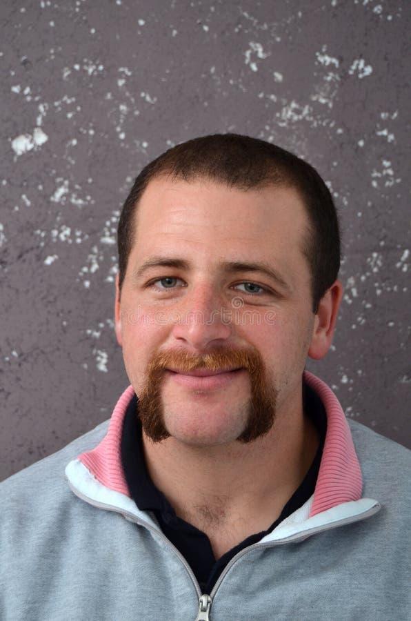Hombre sonriente de la barba y del bigote imágenes de archivo libres de regalías