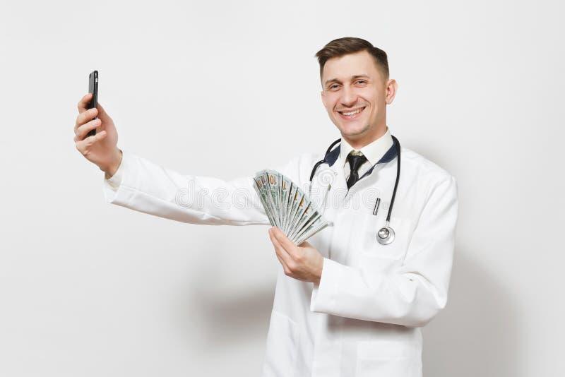 Hombre sonriente del doctor aislado en el fondo blanco Doctor de sexo masculino en el uniforme médico que hace el selfie en el te foto de archivo libre de regalías