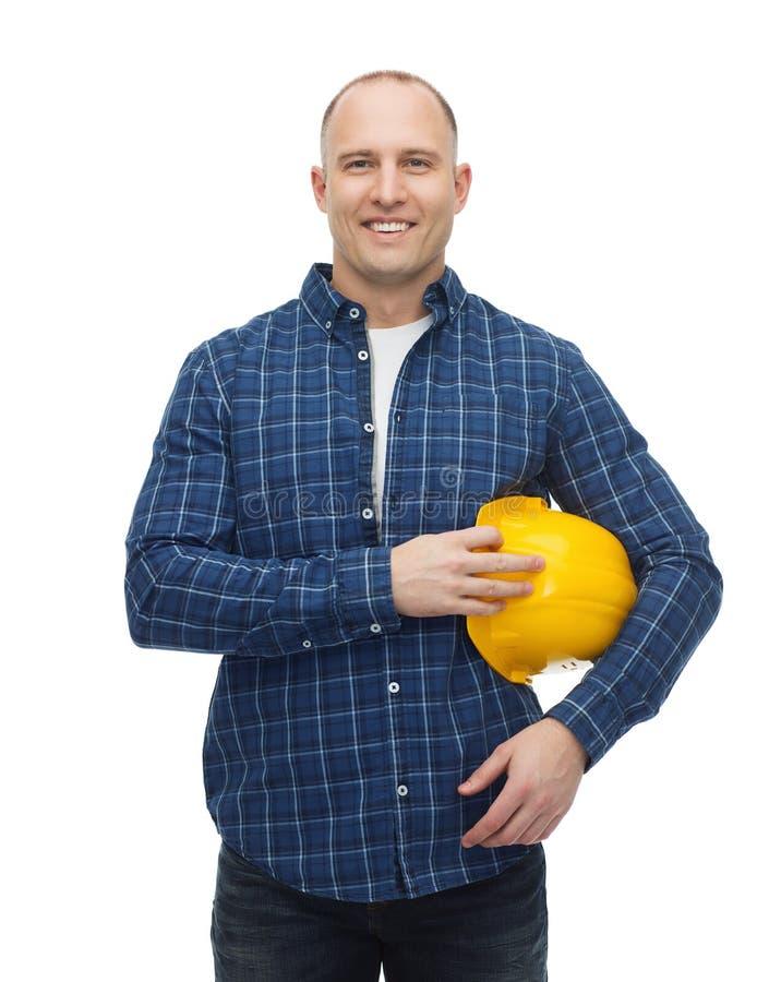 Hombre sonriente en casco con los guantes foto de archivo