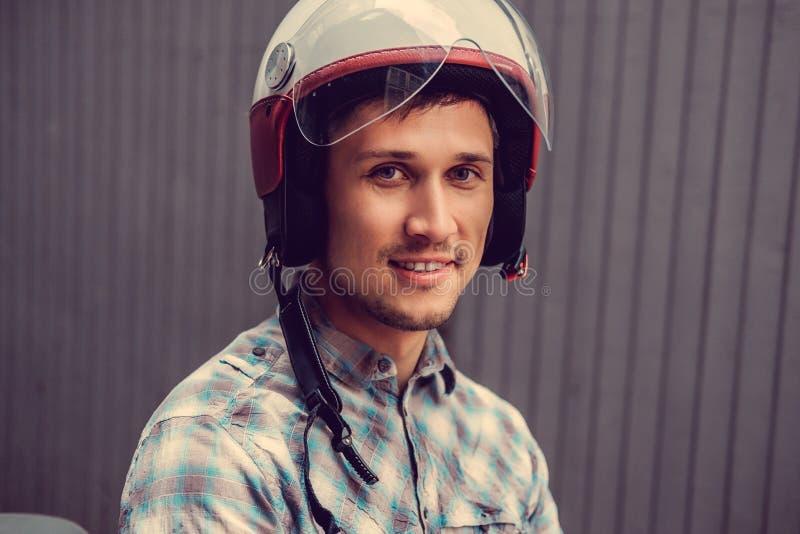 Hombre sonriente en casco retro del moto imagenes de archivo