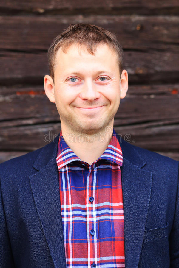 Hombre sonriente en chaqueta azul y camisa a cuadros foto de archivo libre de regalías