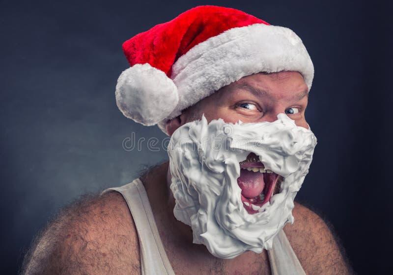 Hombre sonriente en el sombrero de Santa Claus fotos de archivo