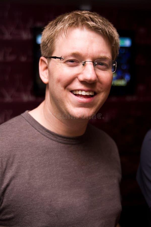 Hombre sonriente en gafas fotografía de archivo