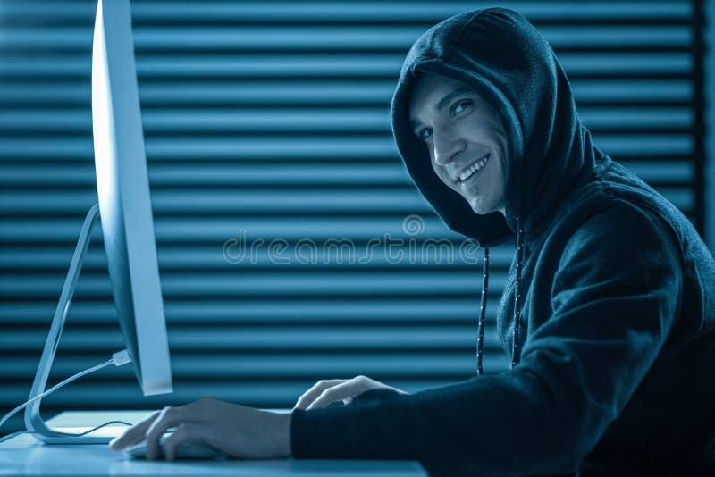 Hombre sonriente en una capilla que roba la información secreta imagen de archivo libre de regalías