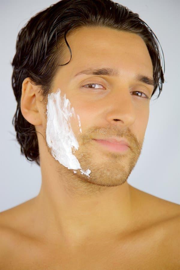 Hombre sonriente feliz con crema en cara antes de afeitar foto de archivo libre de regalías