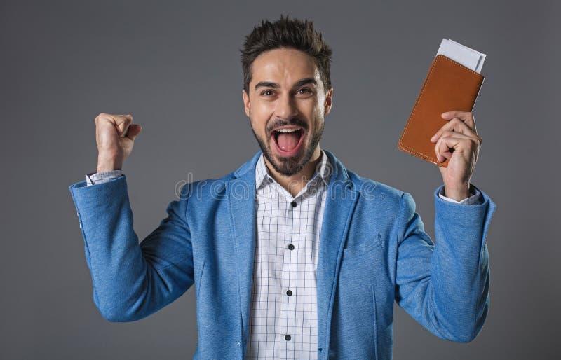 Hombre sonriente feliz que celebra boletos disponibles imagen de archivo libre de regalías