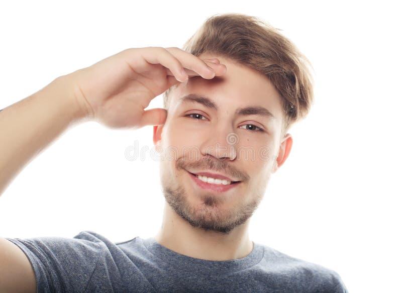 Hombre sonriente feliz que mira la cámara aislada en el fondo blanco fotografía de archivo libre de regalías