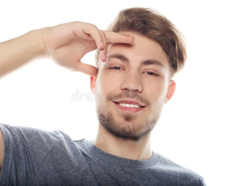 Hombre sonriente feliz que mira la cámara aislada en el fondo blanco imagen de archivo