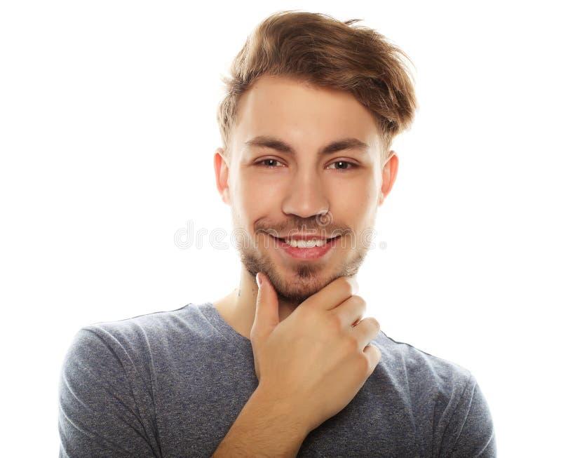Hombre sonriente feliz que mira la cámara aislada en el fondo blanco imagenes de archivo