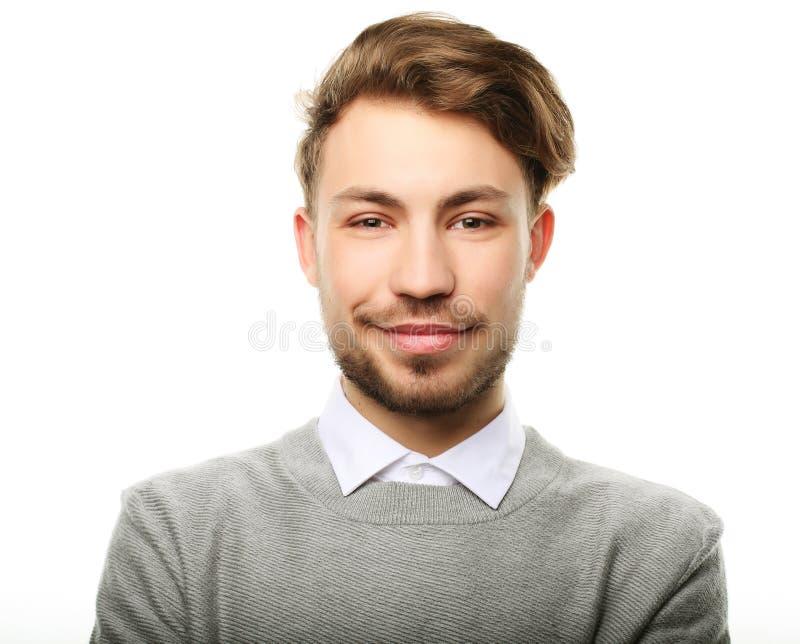 Hombre sonriente feliz que mira la cámara aislada en el fondo blanco fotografía de archivo