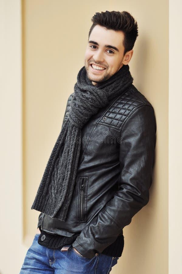 Hombre sonriente hermoso joven que lleva la ropa de moda. Al aire libre fotografía de archivo libre de regalías