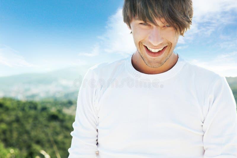 Hombre sonriente joven foto de archivo libre de regalías