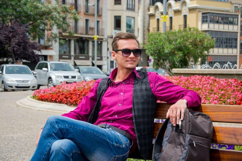 Hombre sonriente joven, turista con una mochila en la plaza de Giron imagenes de archivo