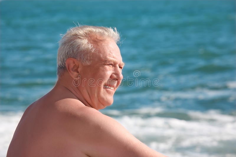 Hombre sonriente mayor en la costa fotos de archivo libres de regalías