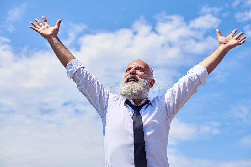 Hombre sonriente mayor que levanta las manos fotografía de archivo