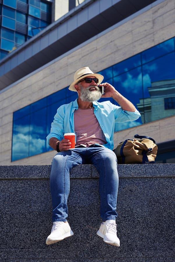 Hombre sonriente que habla en el teléfono fotos de archivo libres de regalías