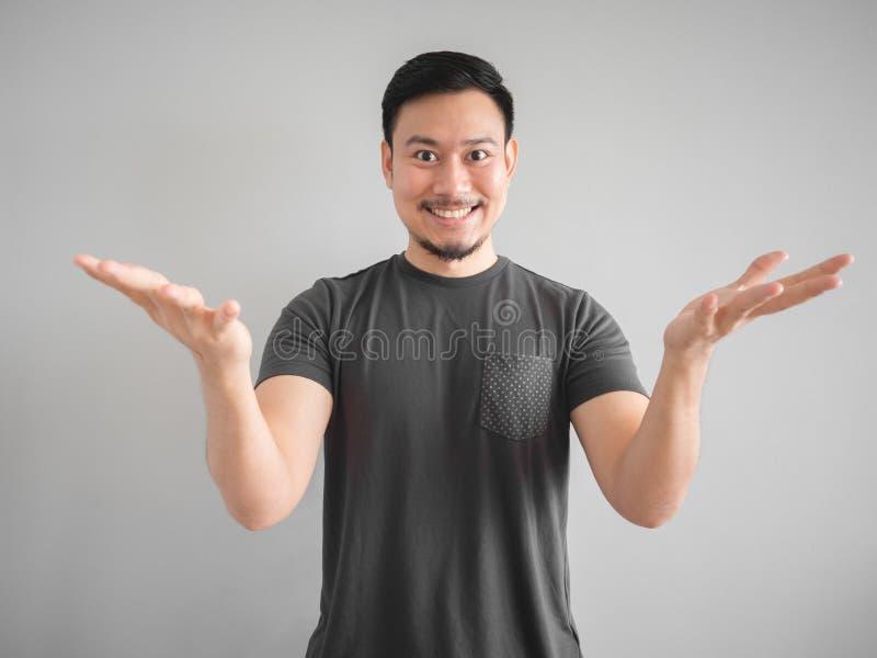 Hombre sonriente que presenta cosa foto de archivo libre de regalías