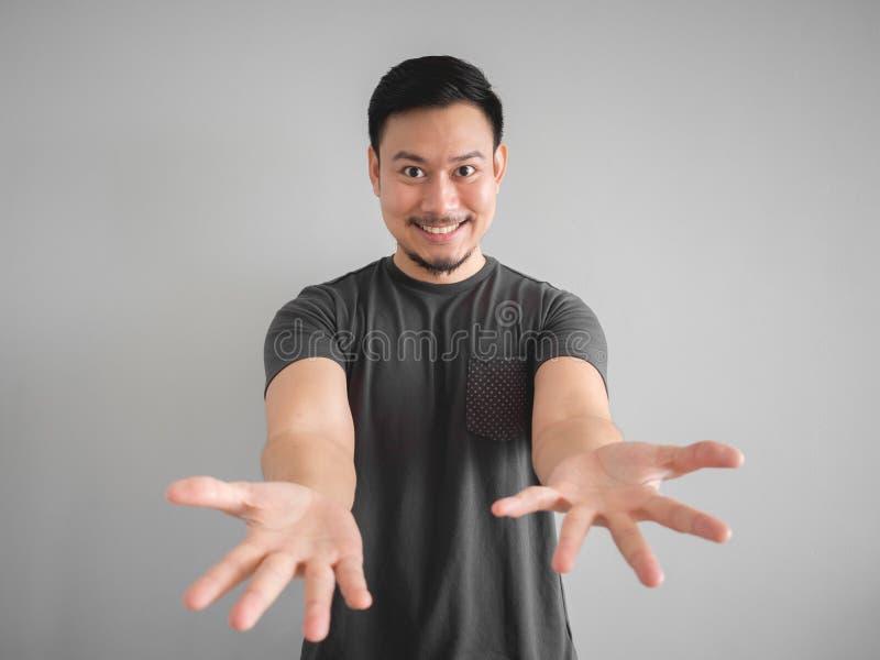 Hombre sonriente que presenta cosa imagen de archivo libre de regalías