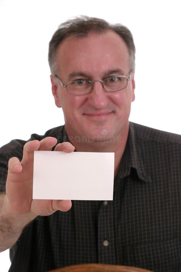 Hombre sonriente que sostiene la tarjeta en blanco imagen de archivo
