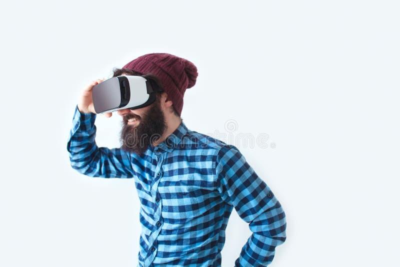 Hombre sonriente que usa las auriculares de VR fotografía de archivo
