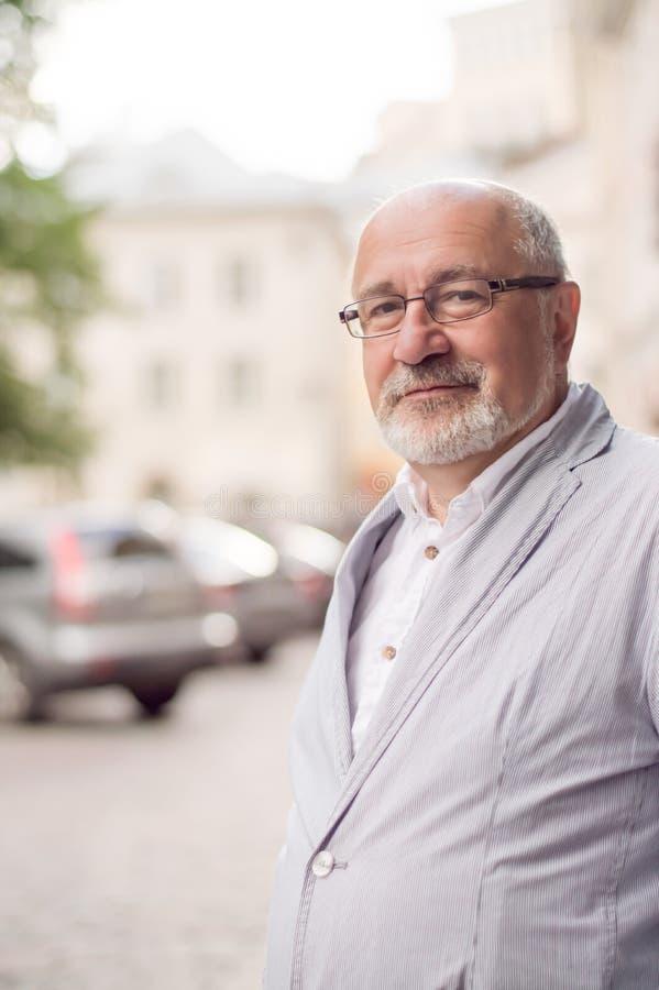 Hombre sonriente sólido en la ciudad imagen de archivo
