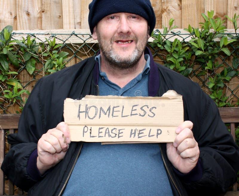Hombre sonriente sin hogar fotografía de archivo