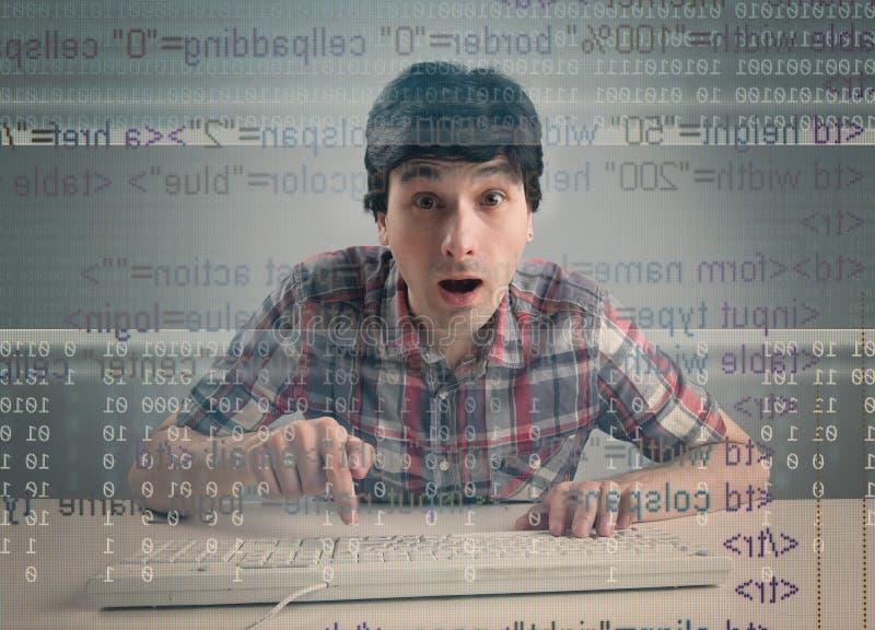Hombre sorprendido con el teclado imágenes de archivo libres de regalías