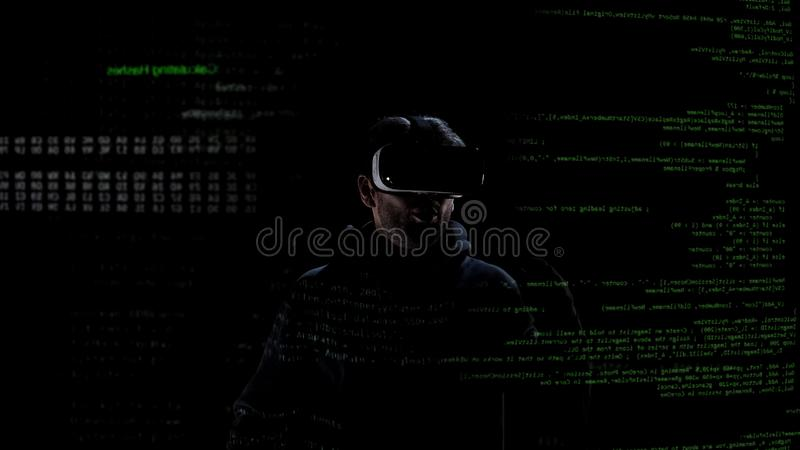 Hombre sorprendido en las auriculares de la realidad virtual, tecnología moderna, simulación de la realidad foto de archivo libre de regalías