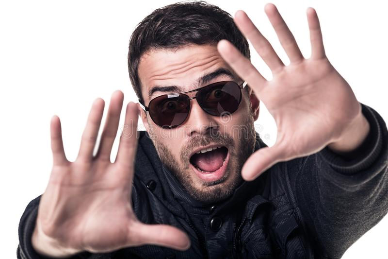 Hombre sorprendido jóvenes hermosos en gafas de sol imagen de archivo libre de regalías