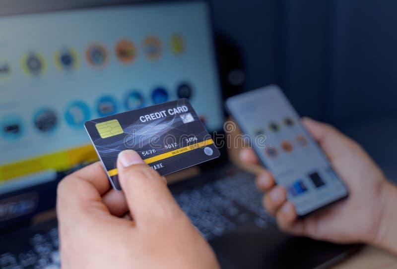 Hombre Sostiene Una Tarjeta De Crédito Falsa Con Número Usando Smartphone Y Ordenador Portátil Para Comprar Compras Y Pagos En Lí Imagen De Archivo Imagen De Pagos Portátil 167673185