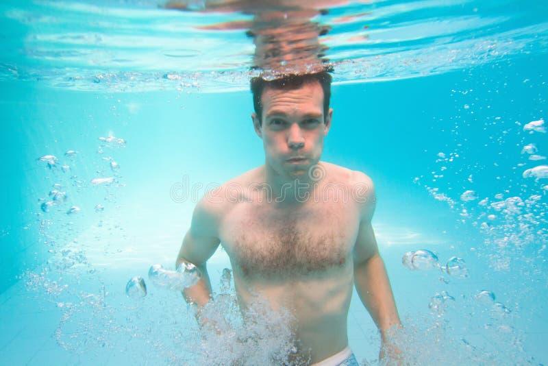 Hombre subacuático imagenes de archivo