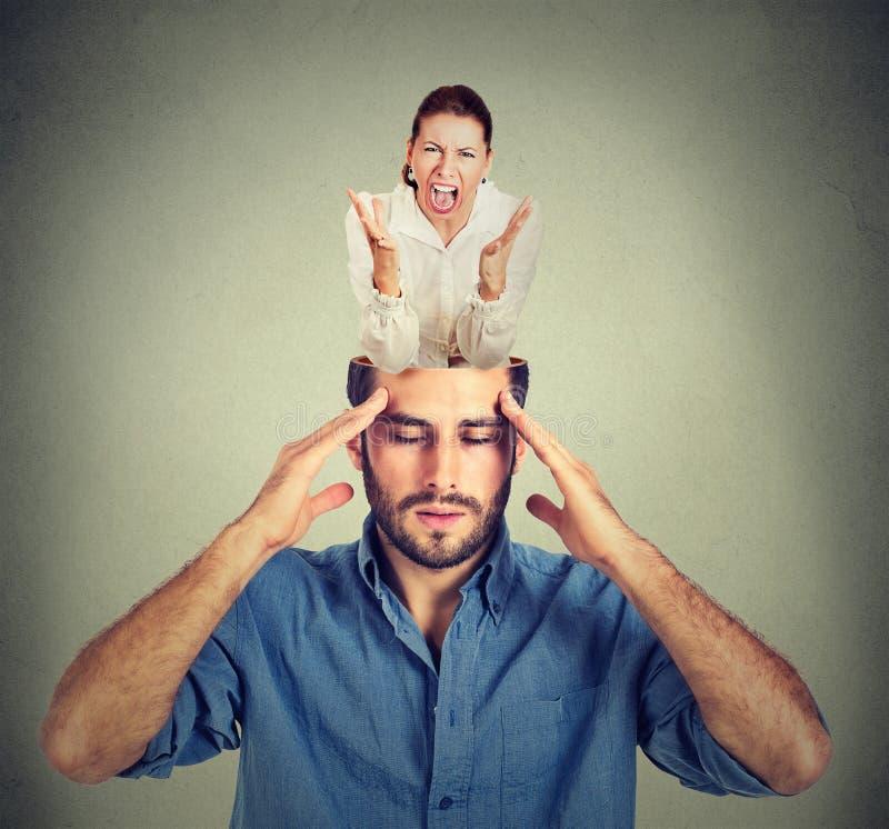 Hombre subrayado con la cabeza abierta y la mujer de griterío dentro de su cerebro imágenes de archivo libres de regalías