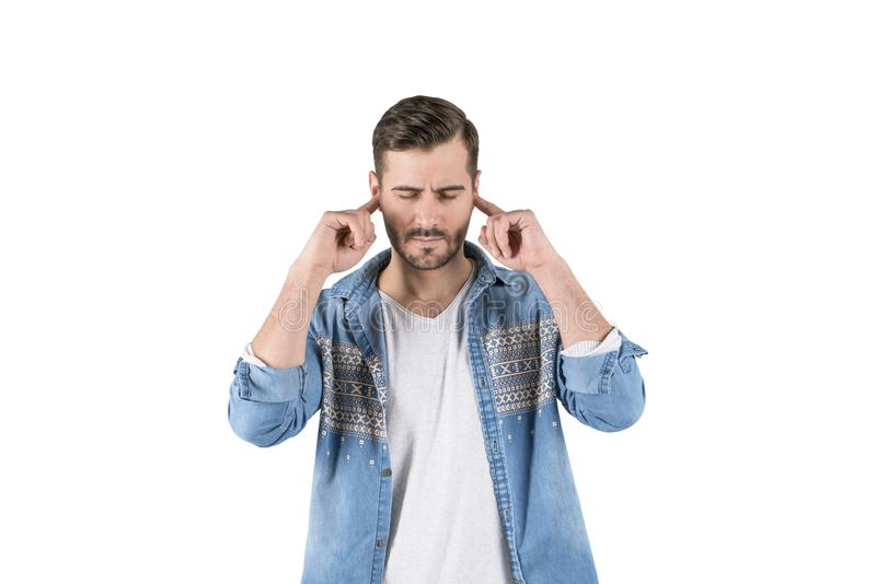 Hombre subrayado que cubre los oídos, aislados imagenes de archivo