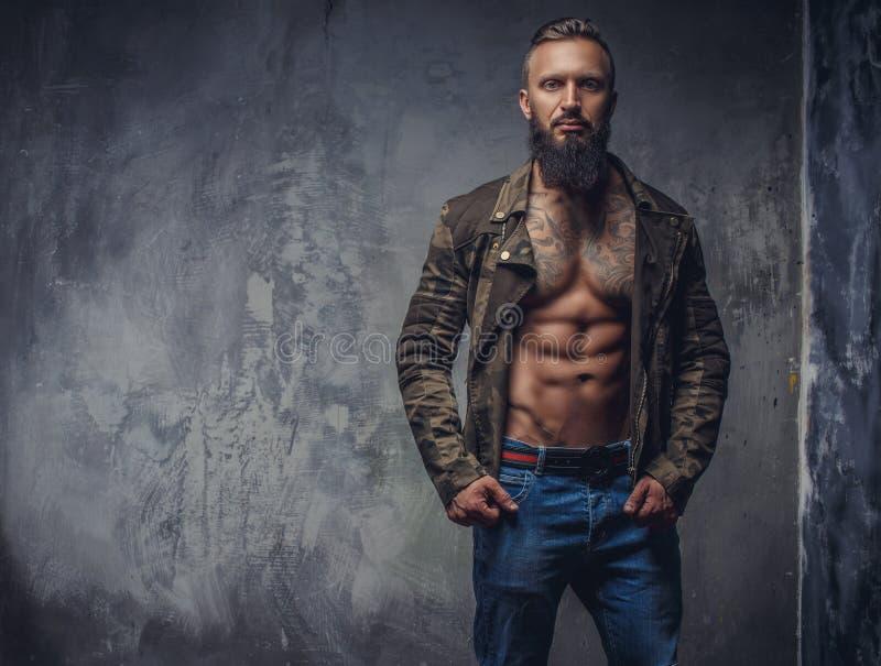 Hombre tatuado moda con la barba fotografía de archivo libre de regalías