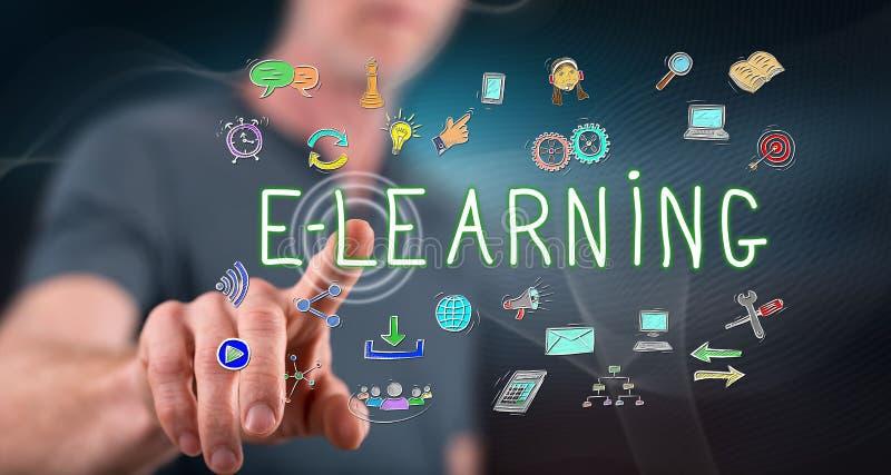 Hombre tocando un concepto de e-learning imágenes de archivo libres de regalías