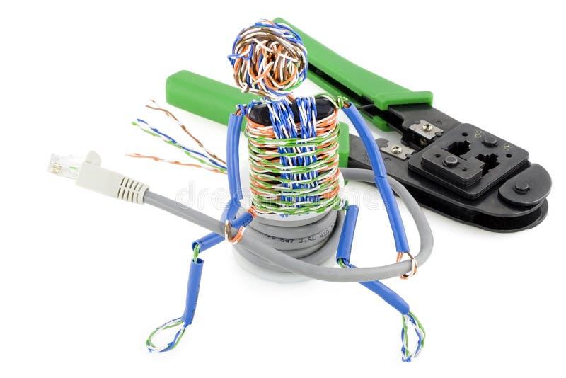Hombre torcido con un cable del ordenador fotografía de archivo libre de regalías