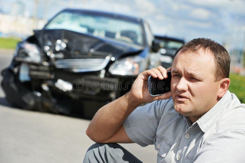 Hombre trastornado del conductor después del choque de coche imagen de archivo libre de regalías