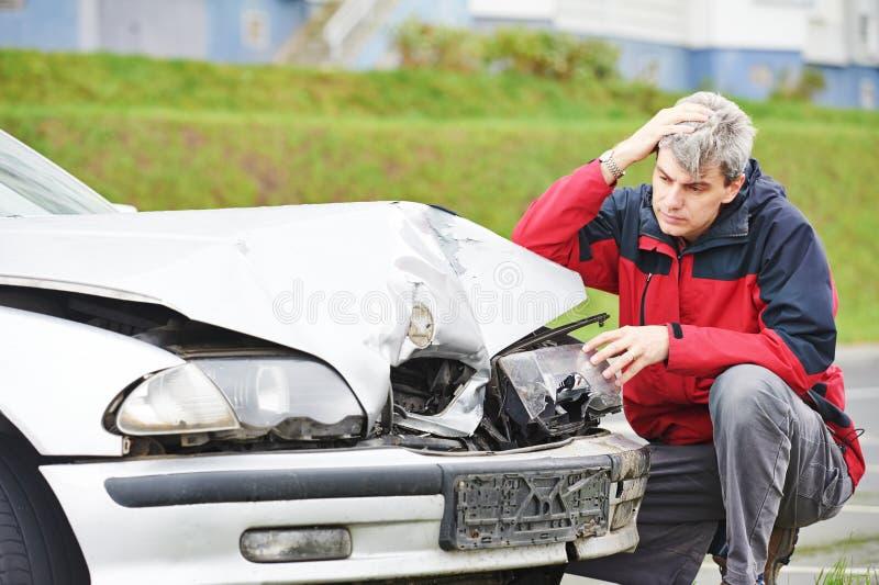 Hombre trastornado después del choque de coche foto de archivo libre de regalías