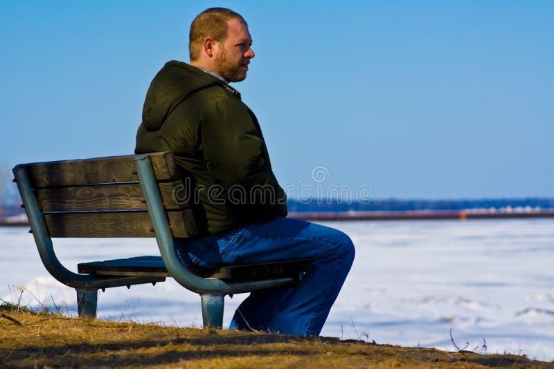 Hombre triste en un banco fotos de archivo